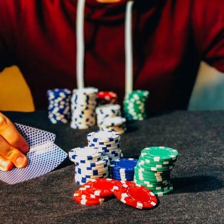 Come giocare a giocatori di poker aggressivi?