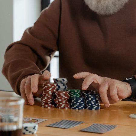 Come giocare a giocatori di poker stretti?